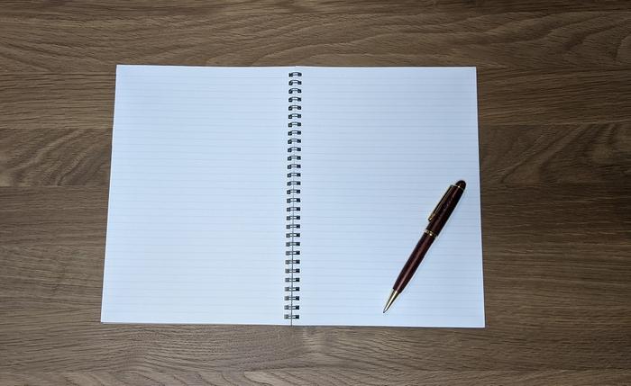 ノートとボールペンの写真