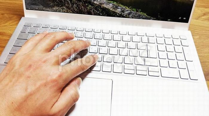 ノートパソコンを操作する手